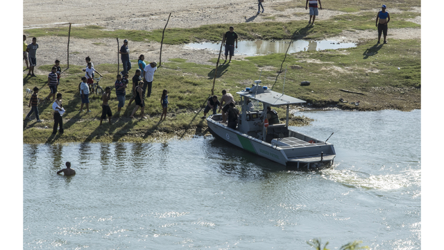 Agents rescue two men from drowning in the Rio Grande